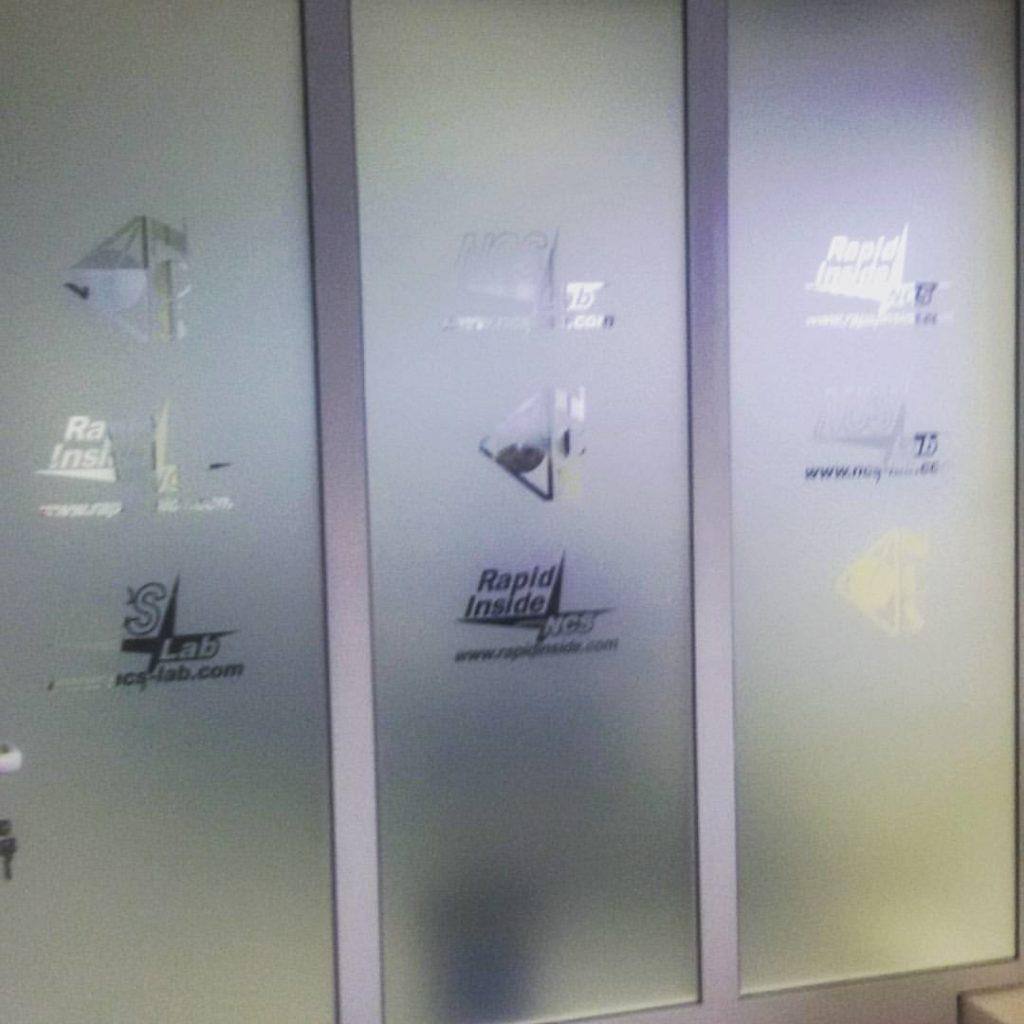 Adesivi su vetrina
